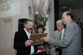 Ředitel PPA František Kočí (druhý zprava) předává společně s předsedou soutěžní poroty Zdeňkem Štefkou (zcela vpravo) jednu z cen.